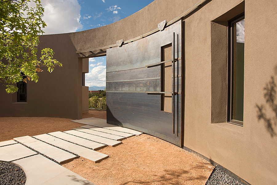 06 Kiva House                           courtyard 2
